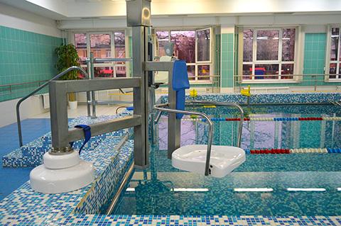 В бассейне имеется подъемник для перемещения в чашу бассейна инвалидов с нарушениями опорно-двигательного аппарата.