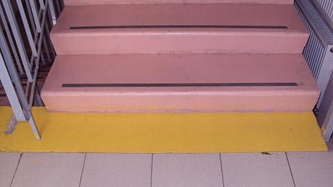 Краевые ступени лестничных маршей выделены цветом. Все лестничные марши внутри здания выделенными сигнальными полосами, оборудованы дополнительными поручнями, имеют тактильные указатели.