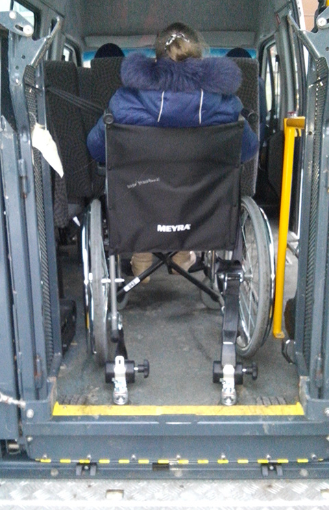 В распоряжении Центра имеется пять специализированных автомобилей с подъемным устройством для перевозки инвалидов с нарушениями опорно-двигательного аппарата.